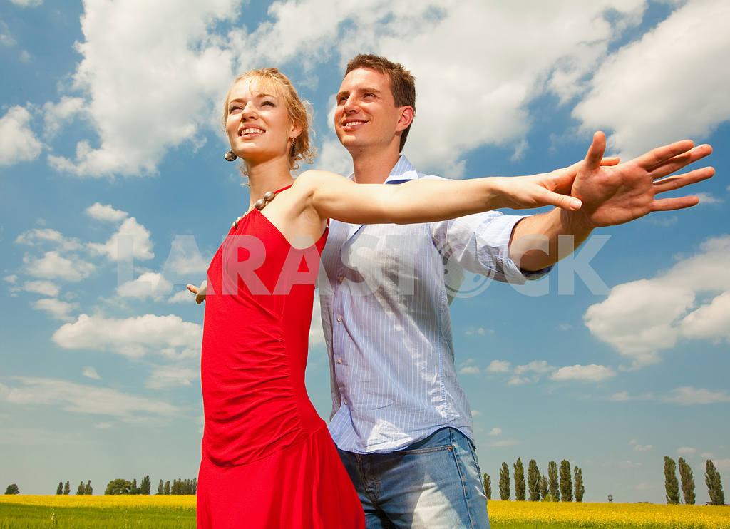 Молодые любви пара, улыбаясь в голубое небо — Изображение 8257
