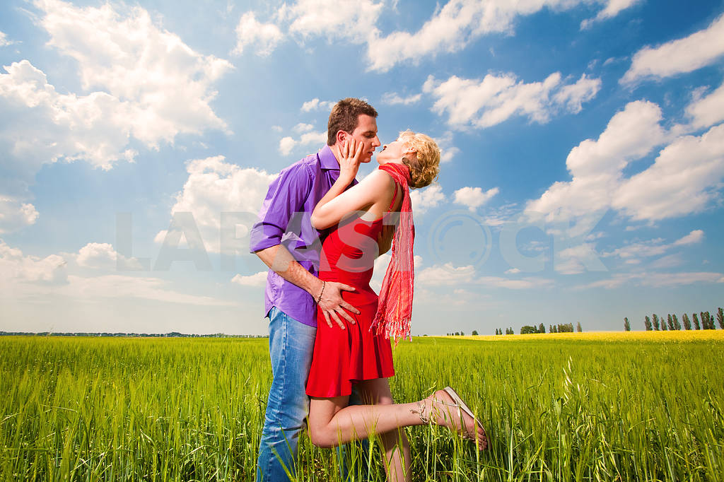 Young love Couple kissing under blue sky — Image 8259