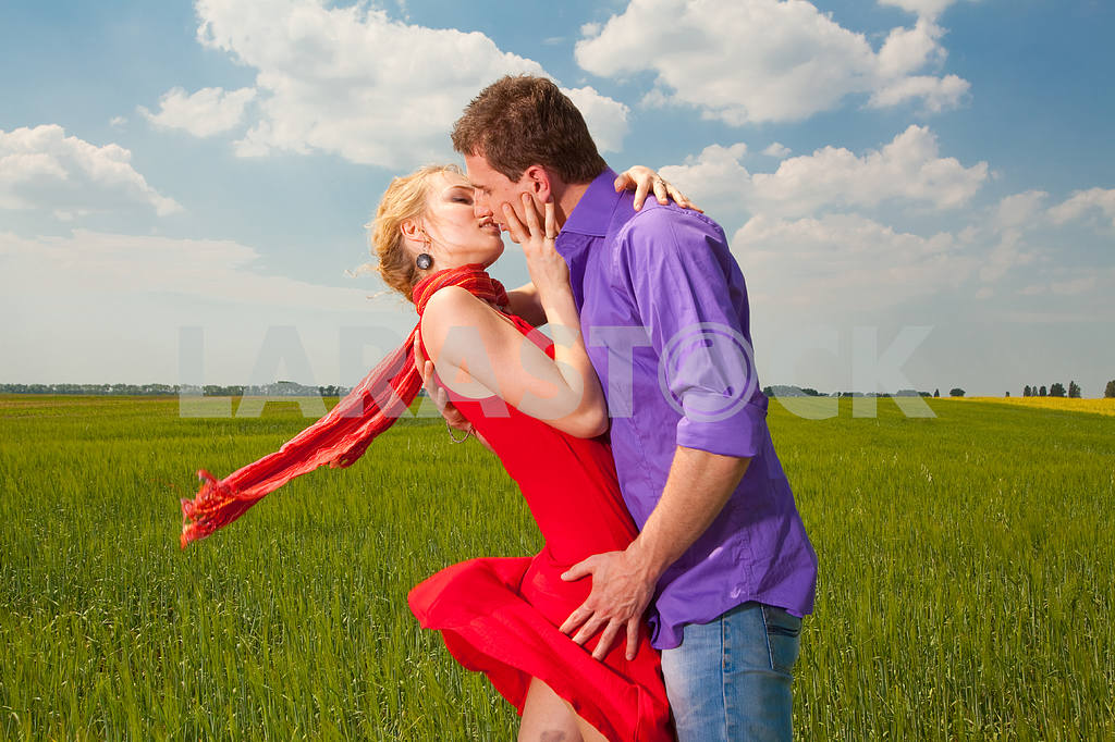 Young love Couple kiss under blue sky — Image 8260