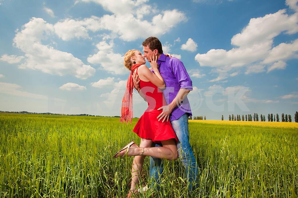 Молодые любви пара, улыбаясь в голубое небо — Изображение 8261