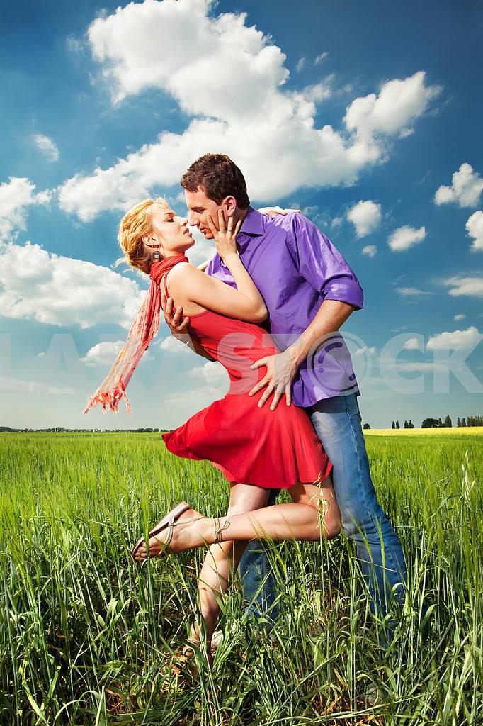 Молодые любви пара, улыбаясь в голубое небо — Изображение 8264
