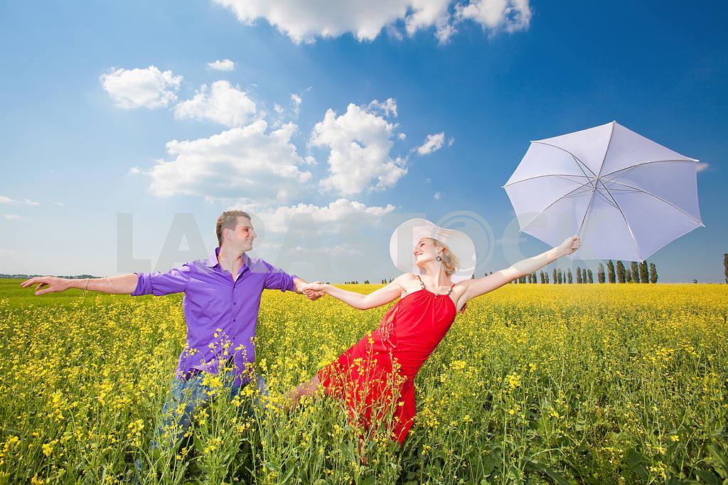 Молодые любви пара, улыбаясь в голубое небо — Изображение 8269