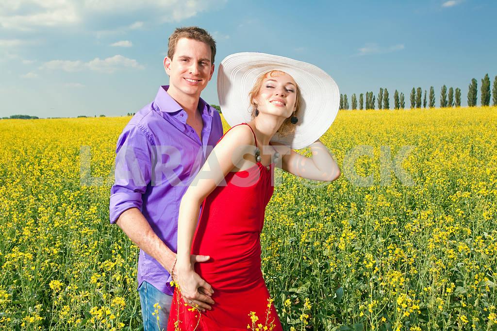 Молодые любви пара, улыбаясь в голубое небо — Изображение 8270