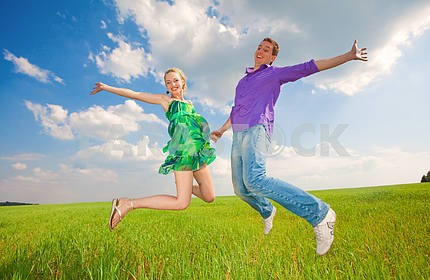 Счастливые люди прыгает в поле