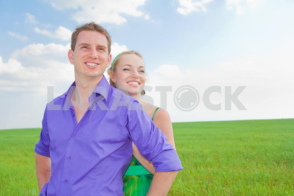 Молодые любви пара, улыбаясь в голубое небо — Изображение 8277