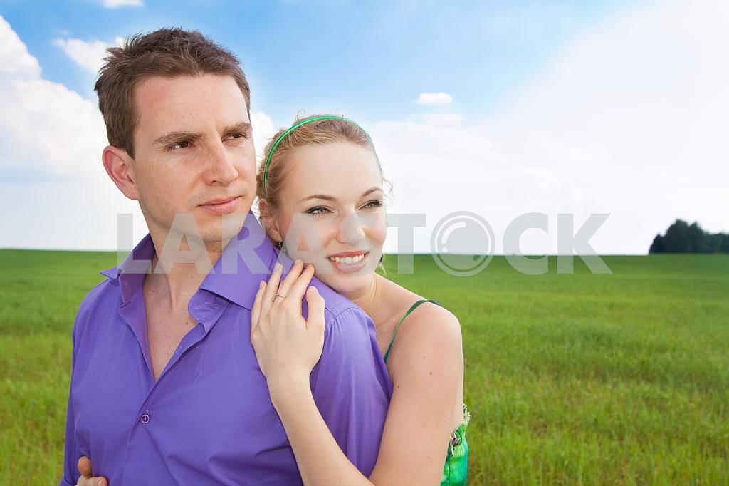 Молодые любви пара, улыбаясь в голубое небо — Изображение 8280