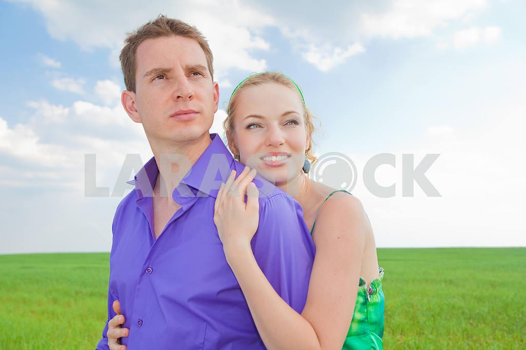 Молодые любви пара, улыбаясь в голубое небо — Изображение 8281