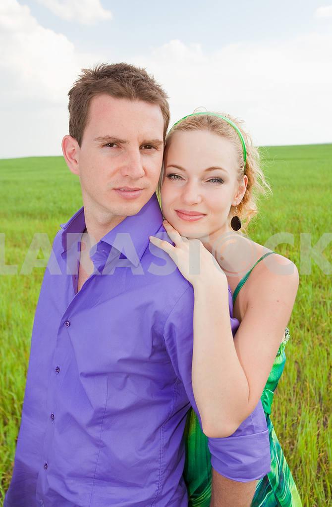 Молодые любви пара, улыбаясь в голубое небо — Изображение 8282