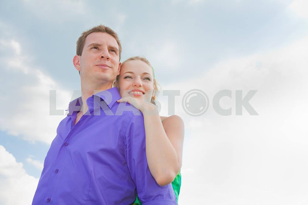 Молодые любви пара, улыбаясь в голубое небо — Изображение 8283