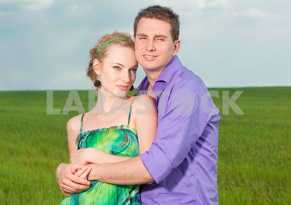 Молодые любви пара, улыбаясь в голубое небо — Изображение 8285
