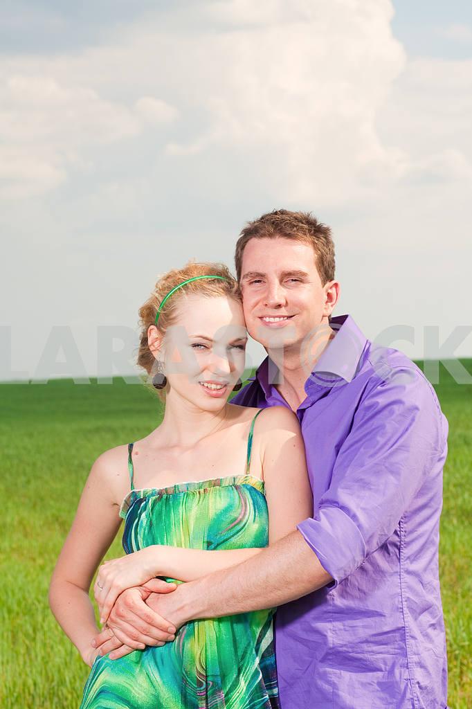 Молодые любви пара, улыбаясь в голубое небо — Изображение 8286