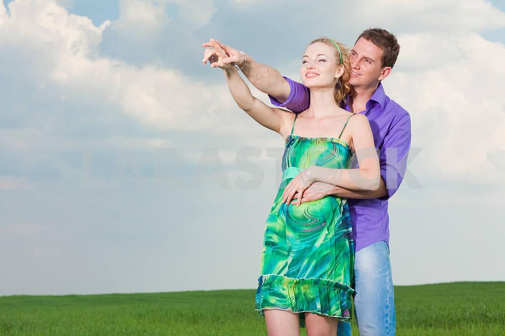 Молодые любви пара, улыбаясь в голубое небо — Изображение 8289