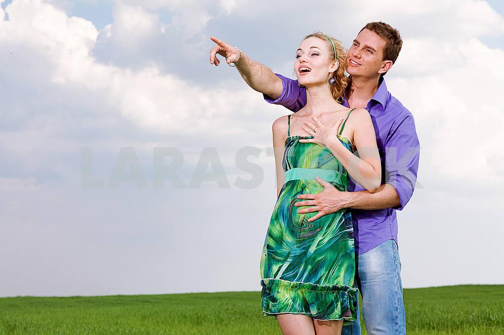 Молодые любви пара, улыбаясь в голубое небо — Изображение 8290