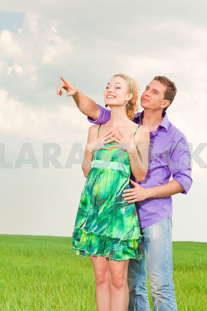 Молодые любви пара, улыбаясь в голубое небо — Изображение 8292