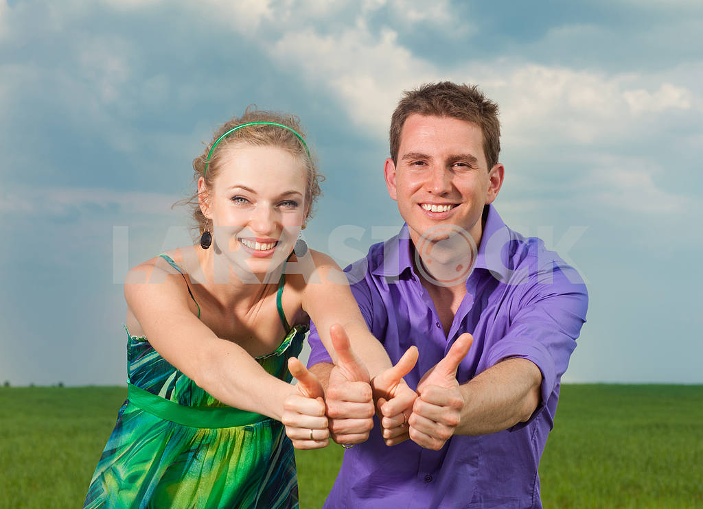 Молодые любви пара, улыбаясь в голубое небо — Изображение 8296