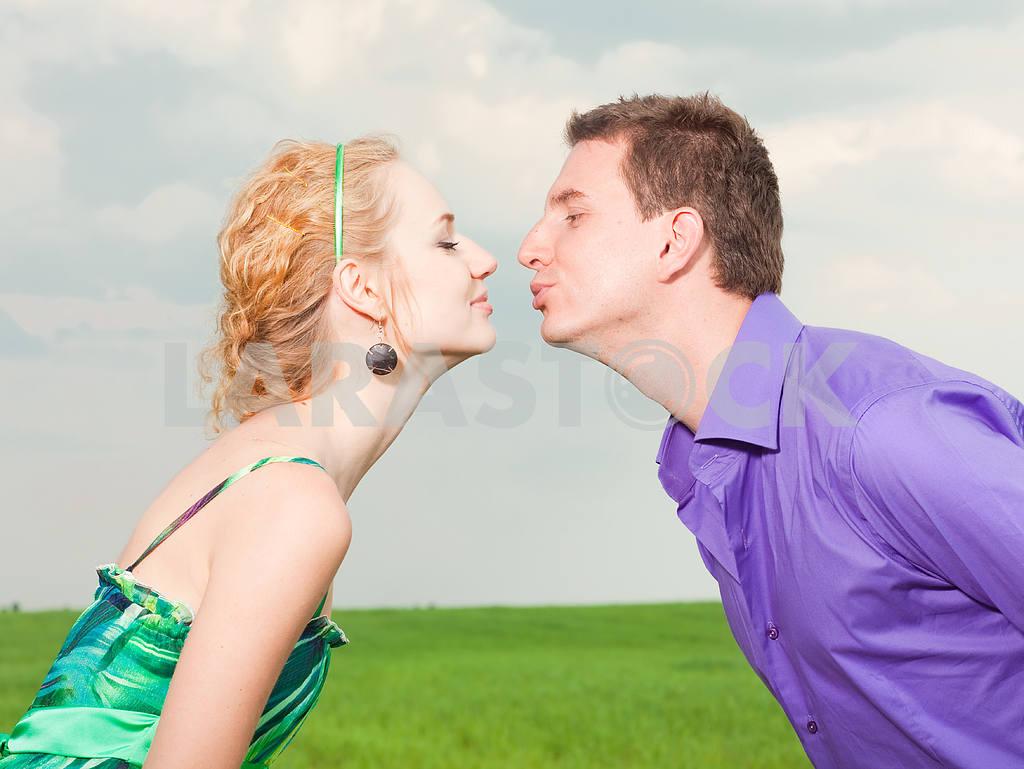Молодые любви пара, улыбаясь в голубое небо — Изображение 8297