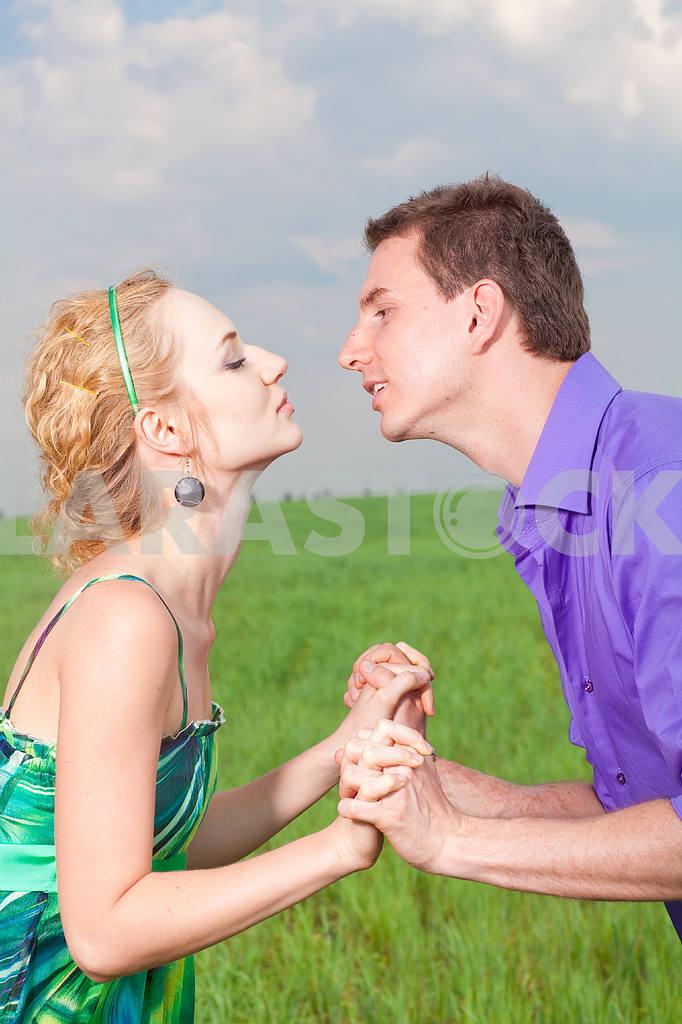 Молодые любви пара, улыбаясь в голубое небо — Изображение 8298