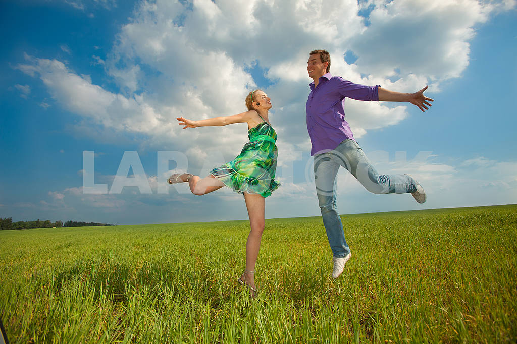 Happy people is jumping in field — Image 8301