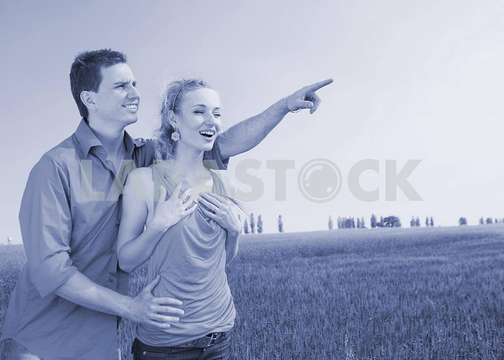 Молодые любви пара, улыбаясь в голубое небо — Изображение 8304
