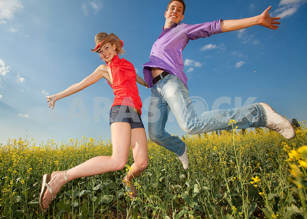 Happy people is jumping in field — Image 8309