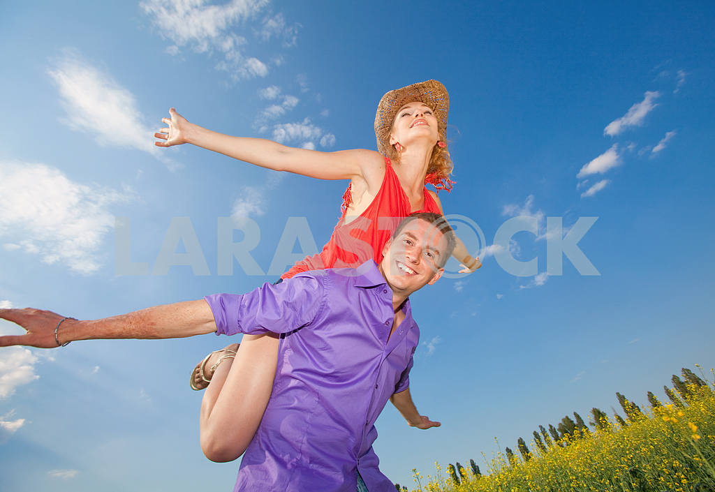 Молодые любви пара, улыбаясь в голубое небо — Изображение 8310