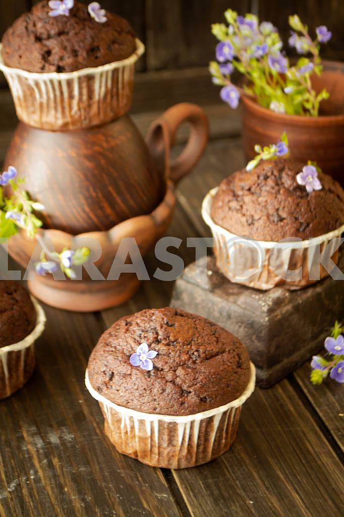 Chocolate maffin and chocolate bar with blue flowers — Image 83122