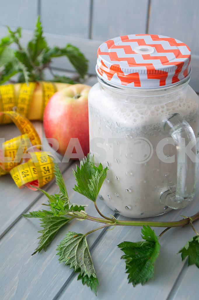 Smoothie with apples, bananas, nettle. Organic diet, healthy lifestyle concept. Tape mesure — Image 83141
