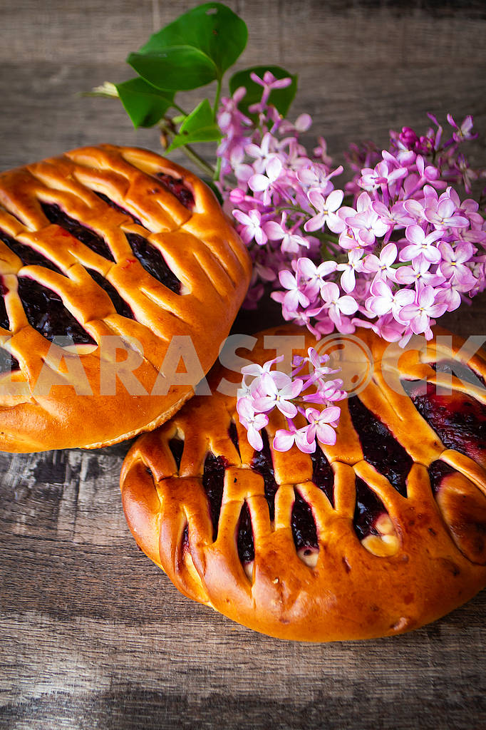Brioche dough with blackcurrant, with violet lilac flowers — Image 83158