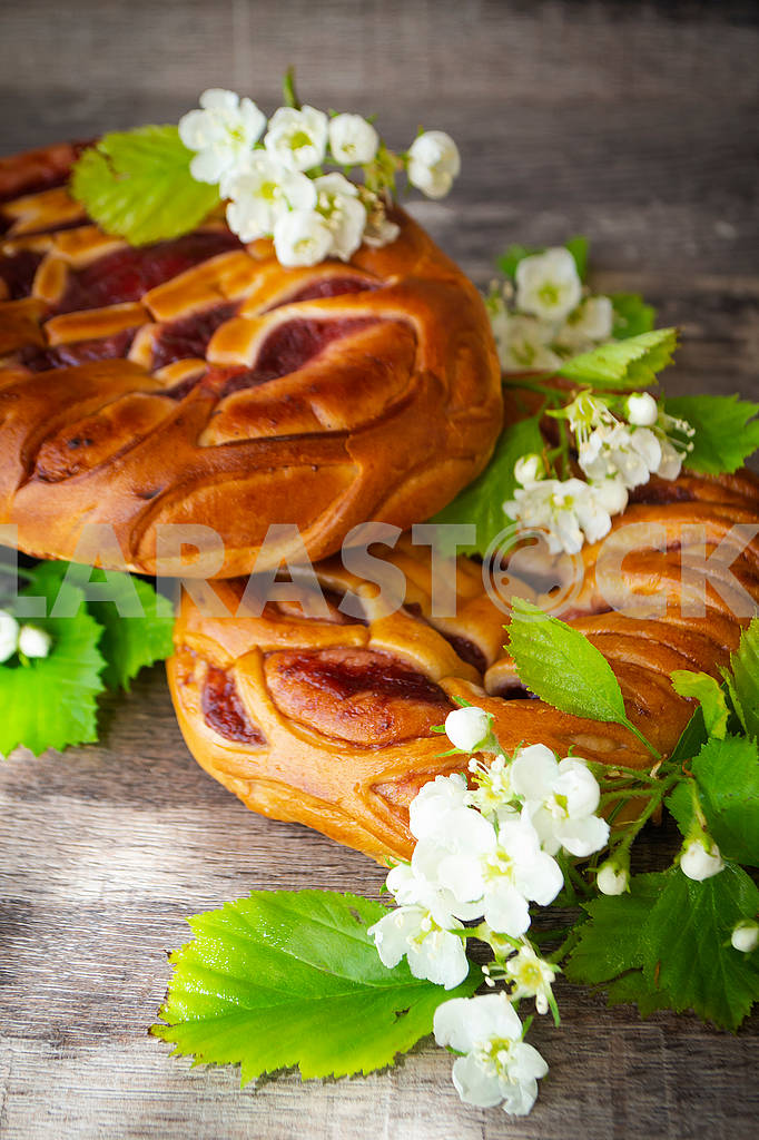 Braided bread with strawberry and spring flowers — Image 83160