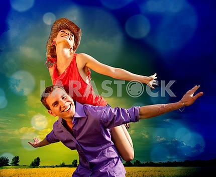 Счастливые люди прыгают , веселятся на берегу реки. Refl