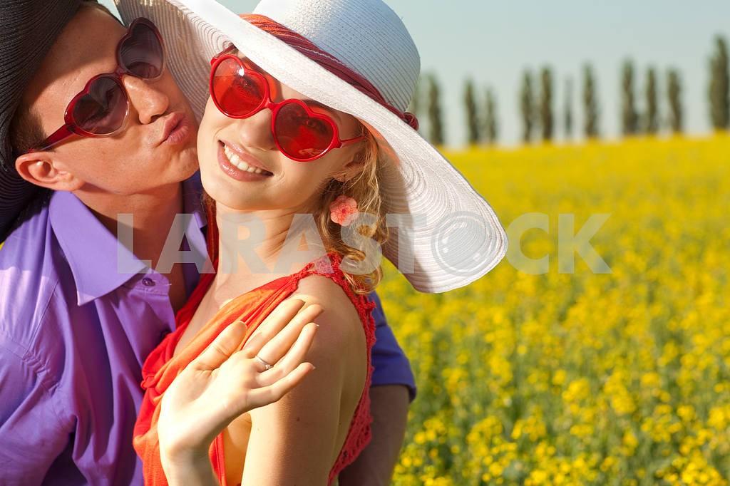 Молодые любви пара, улыбаясь в голубое небо — Изображение 8328