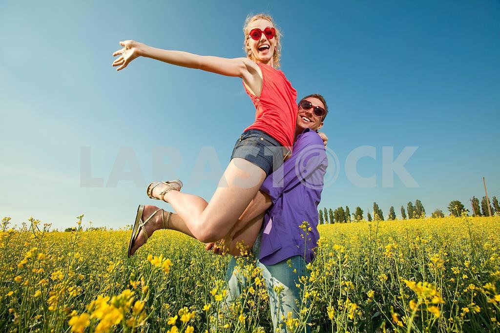 Молодые любви пара, улыбаясь в голубое небо — Изображение 8330