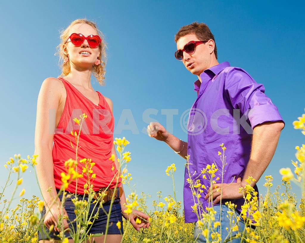 Молодые любви пара, улыбаясь в голубое небо — Изображение 8332