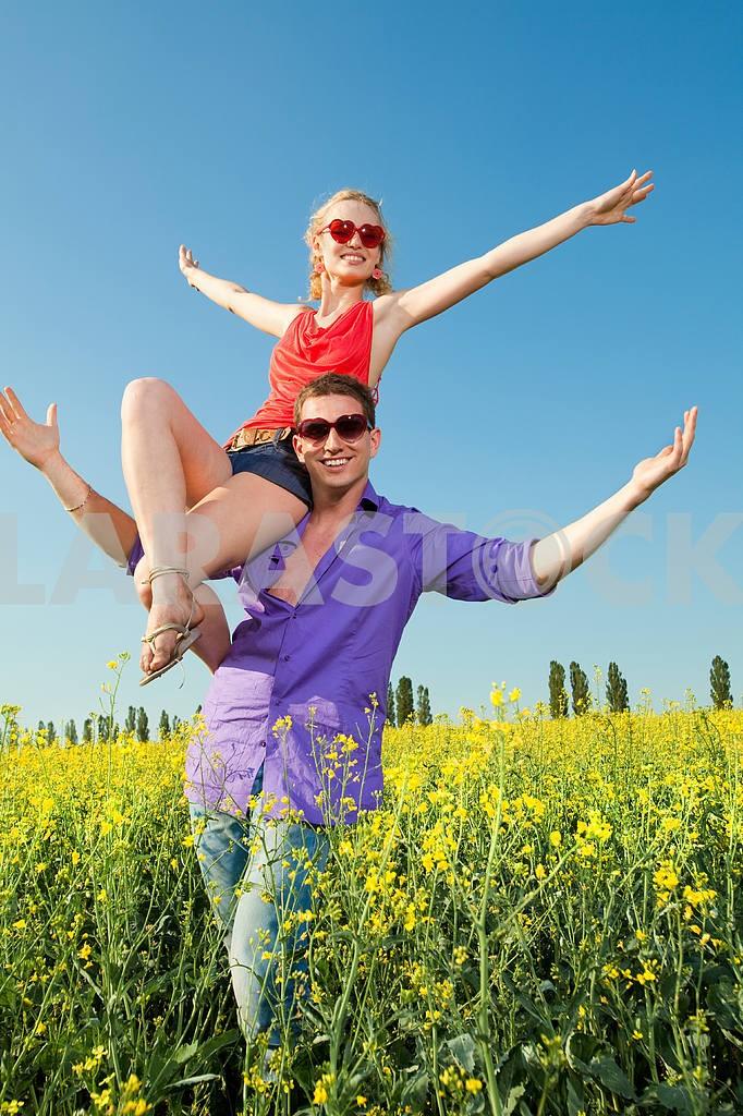 Молодые любви пара, улыбаясь в голубое небо — Изображение 8333