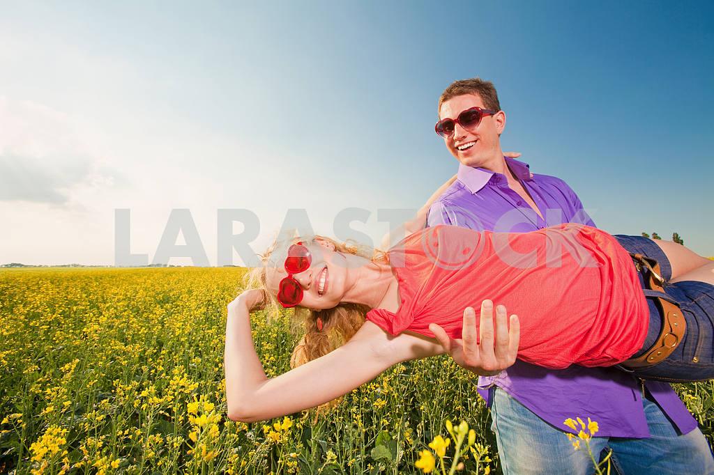 Молодые любви пара, улыбаясь в голубое небо — Изображение 8334