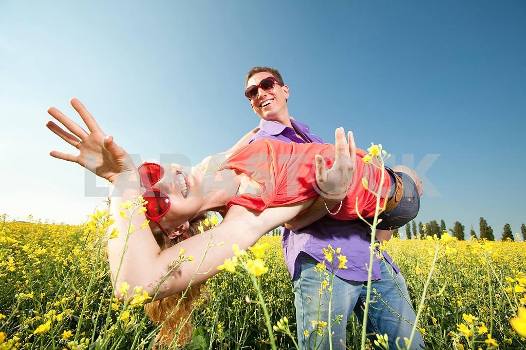 Молодые любви пара, улыбаясь в голубое небо — Изображение 8335