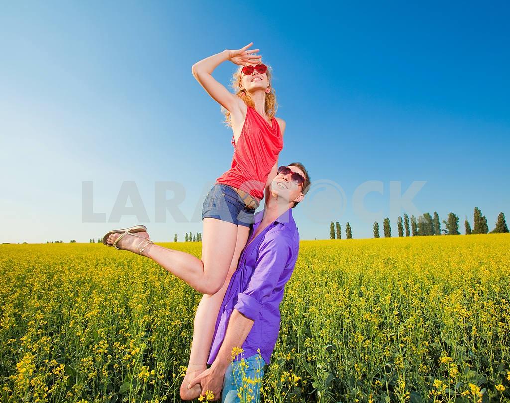 Молодые любви пара, улыбаясь в голубое небо — Изображение 8336