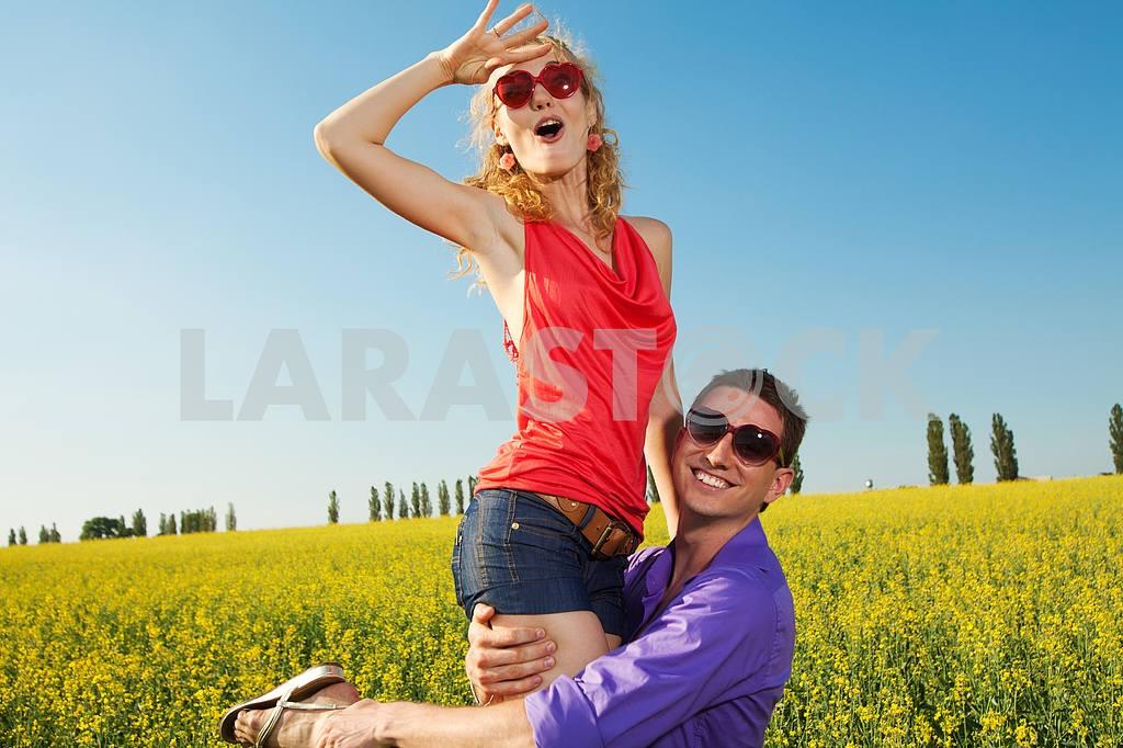 Молодые любви пара, улыбаясь в голубое небо — Изображение 8338