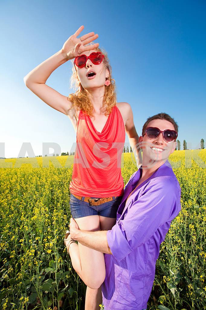 Молодые любви пара, улыбаясь в голубое небо — Изображение 8341