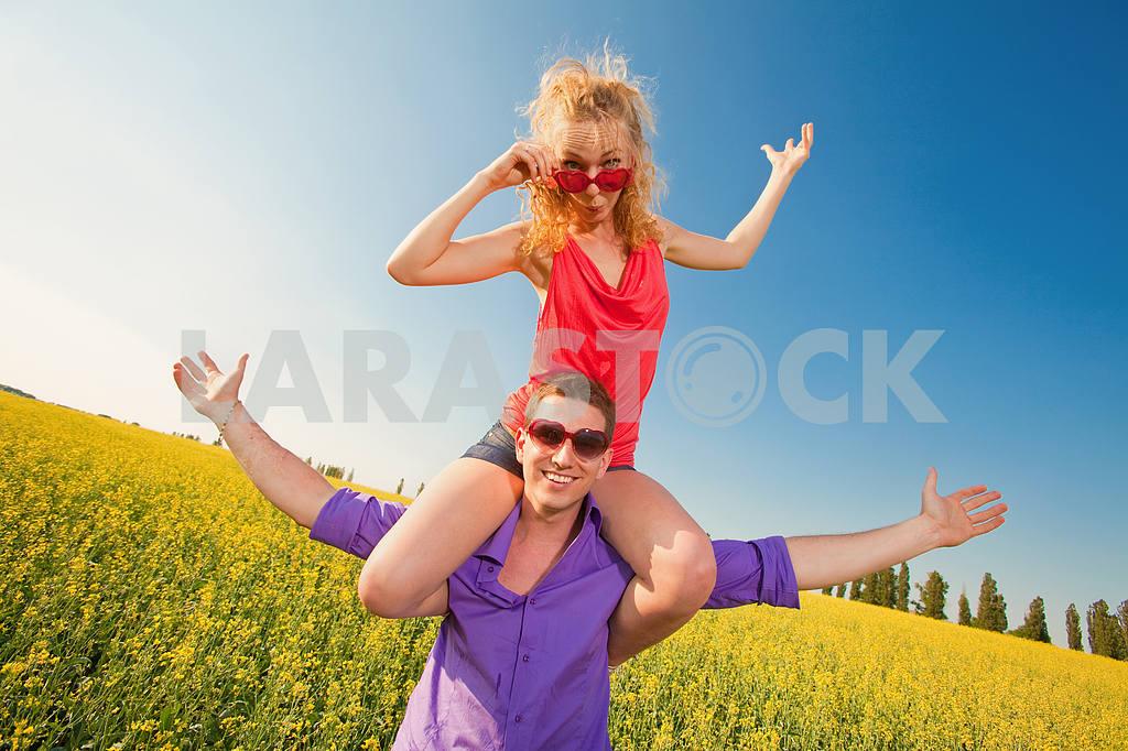 Молодые любви пара, улыбаясь в голубое небо — Изображение 8344