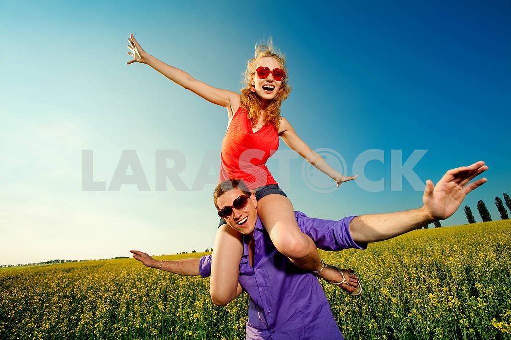 Молодые любви пара, улыбаясь в голубое небо — Изображение 8348