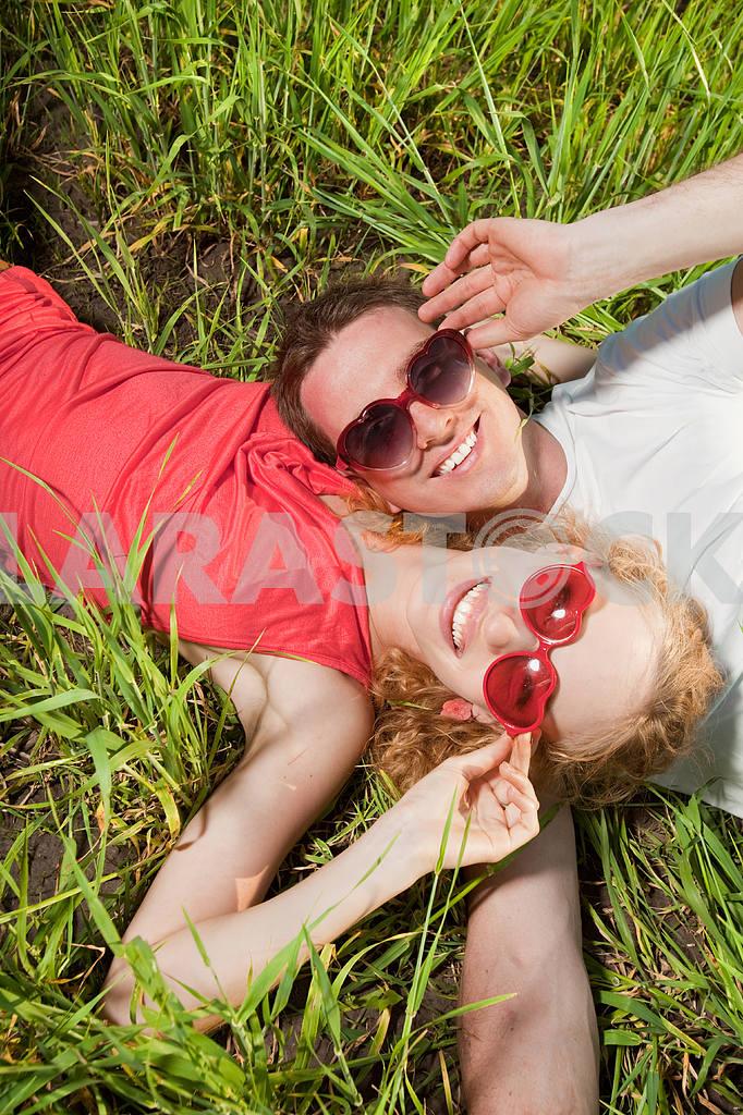 Молодые любви пара, улыбаясь в голубое небо — Изображение 8359