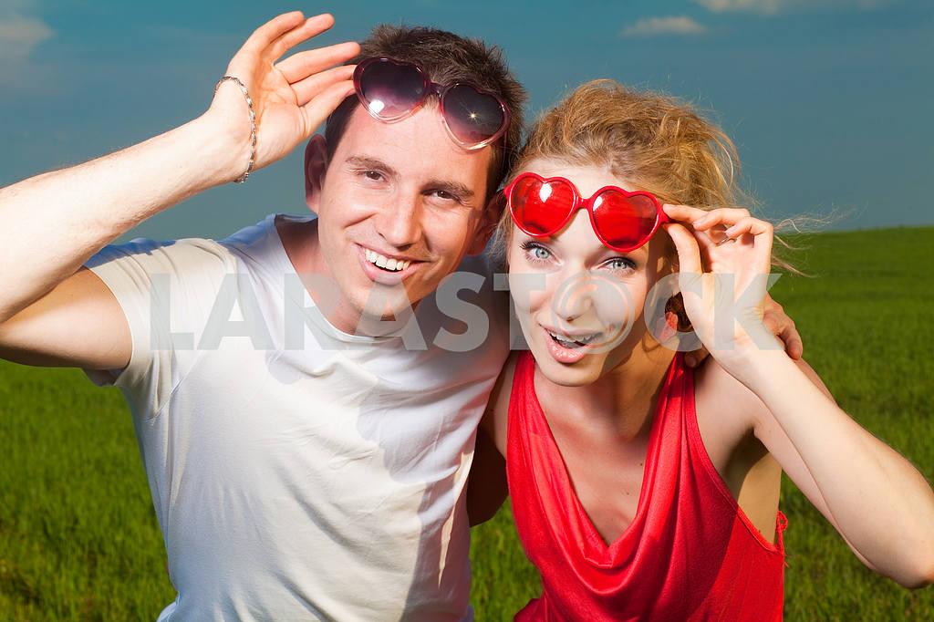 Молодые любви пара, улыбаясь в голубое небо — Изображение 8360