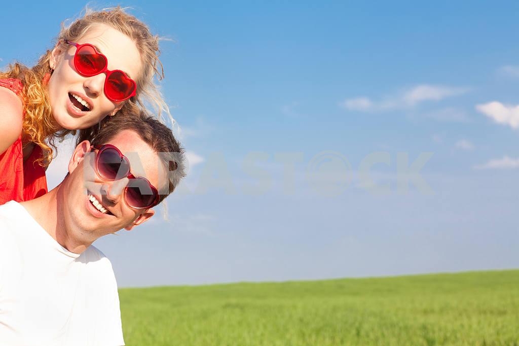 Молодые любви пара, улыбаясь в голубое небо — Изображение 8365