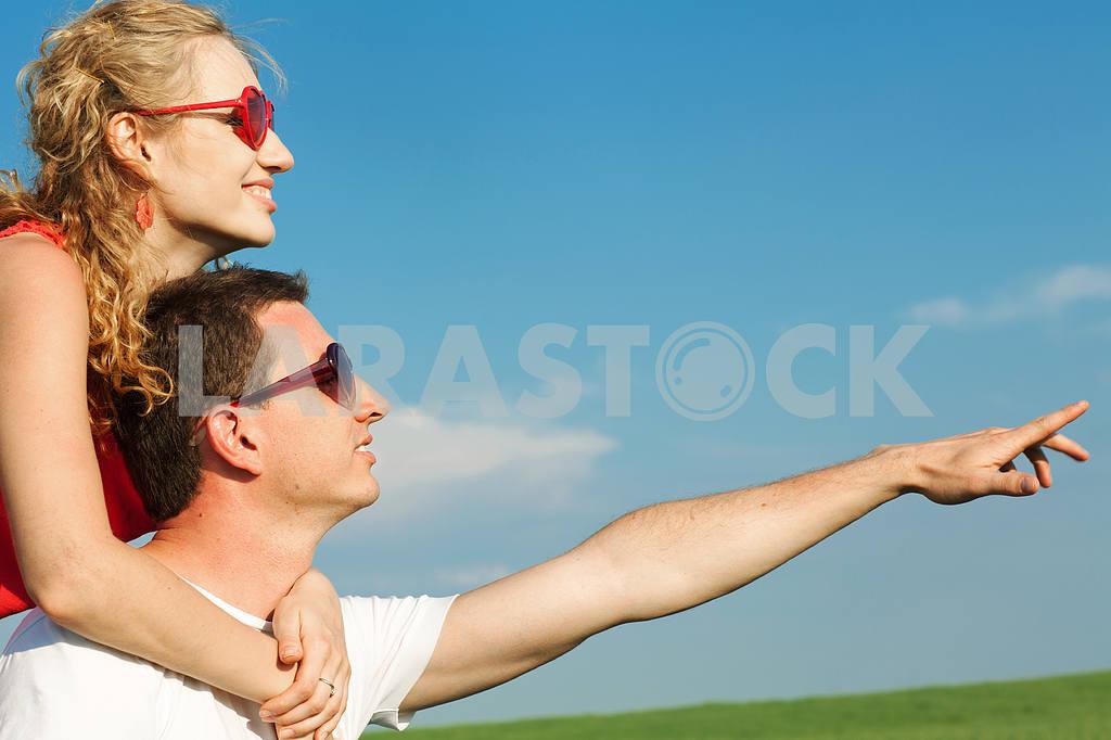 Молодые любви пара, улыбаясь в голубое небо — Изображение 8366