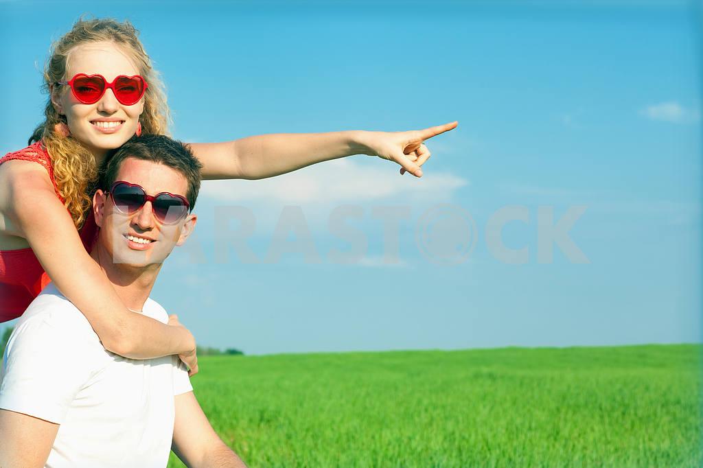 Молодые любви пара, улыбаясь в голубое небо — Изображение 8369