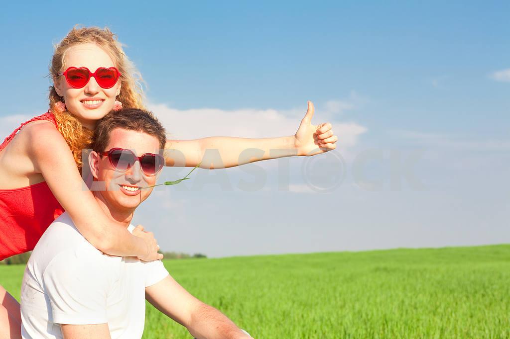 Молодые любви пара, улыбаясь в голубое небо — Изображение 8370