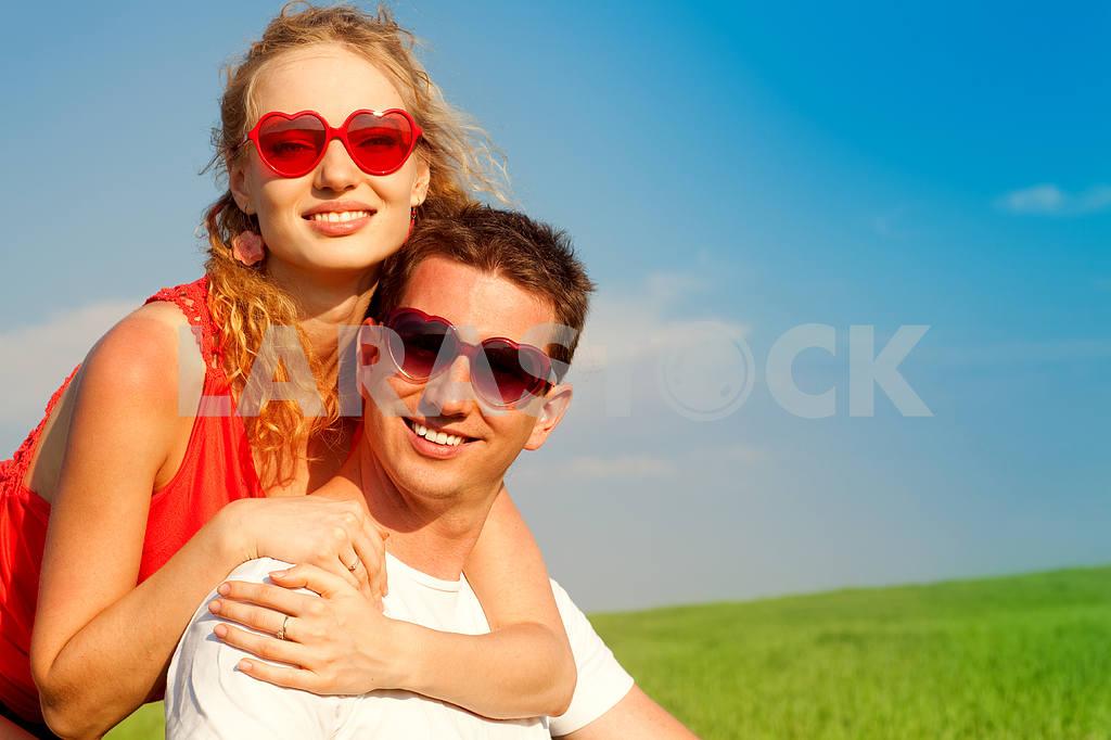 Молодые любви пара, улыбаясь в голубое небо — Изображение 8373