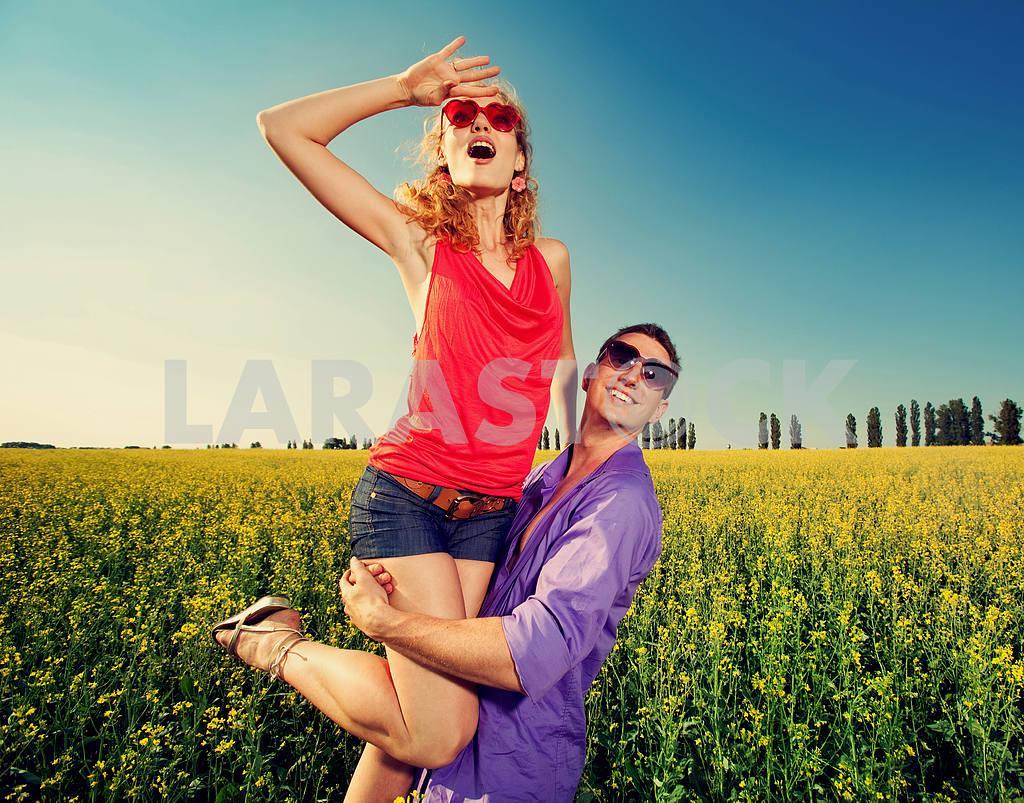 Молодые любви пара, улыбаясь в голубое небо — Изображение 8374