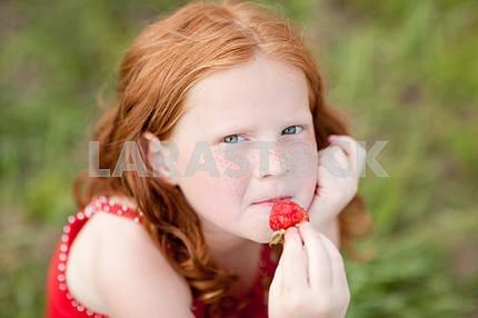 Красивая девушка портрет расслабляющий на зеленый луг. Мягкий фокус. фокус
